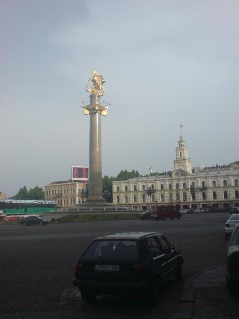 Tbilisi. Statuie în centrul orașului.